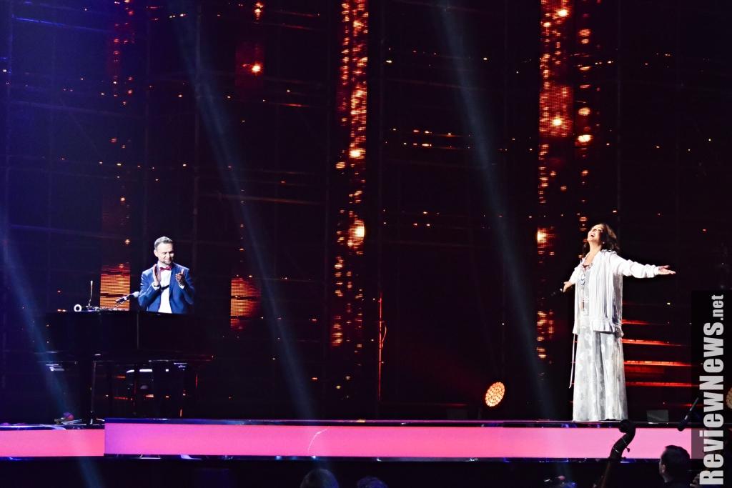 Эстрадная певица София Ротару упала напианиста впроцессе концерта вКиеве